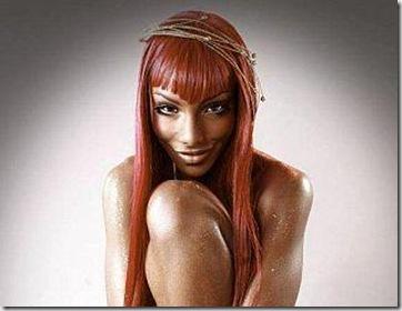 Темнокожая красавица демонстрирует тело.